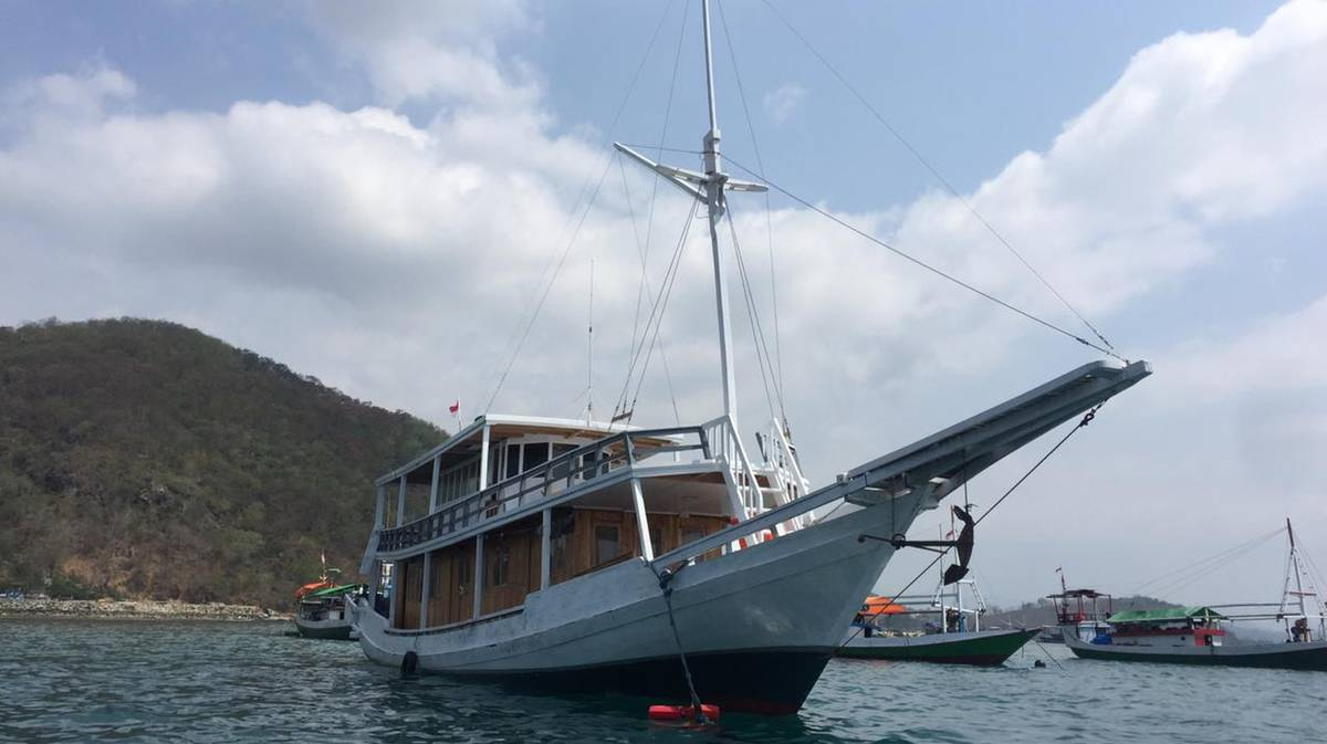 barco tour komodo