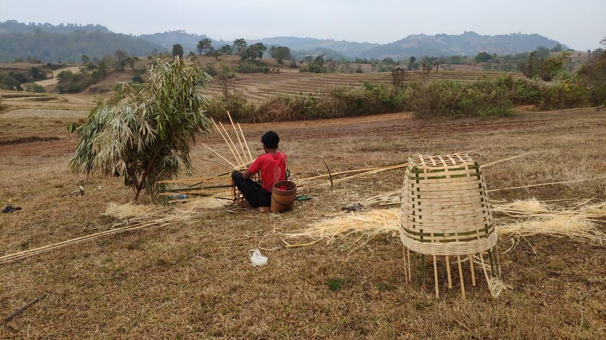 Joven haciendo cestas de bambú