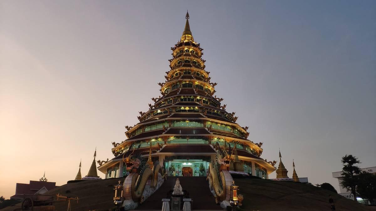 Pagoda de 9 plantas en Wat Huay Pla Kung