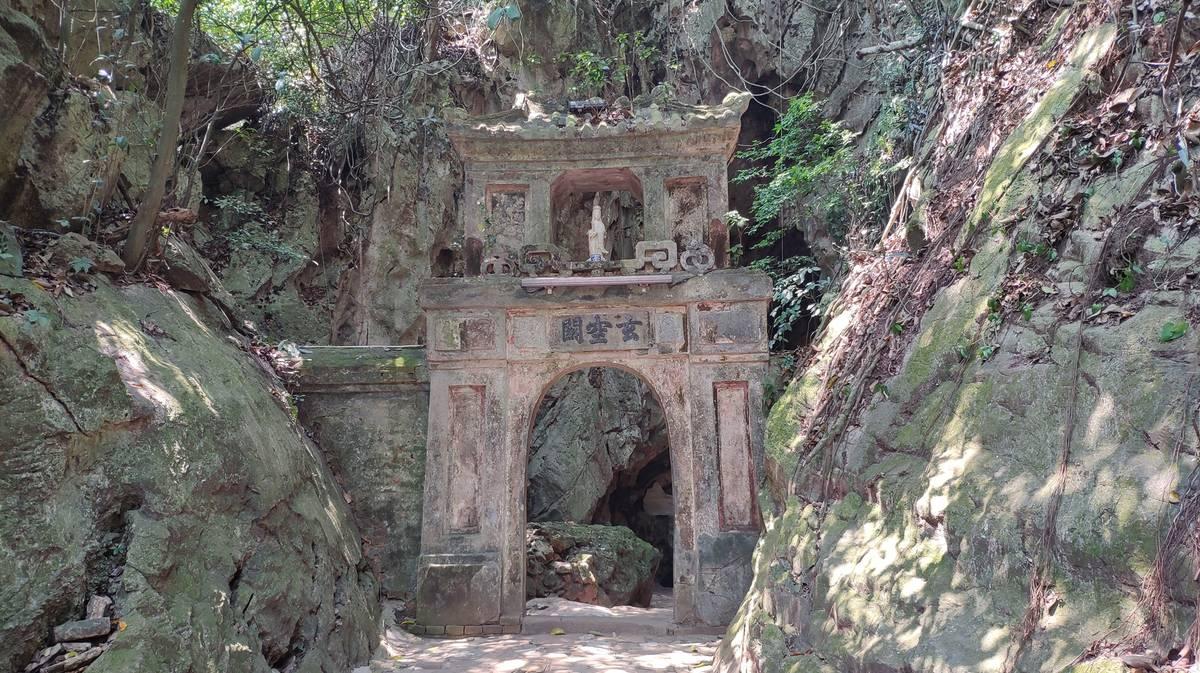 hoa nghiem cave marble mountains
