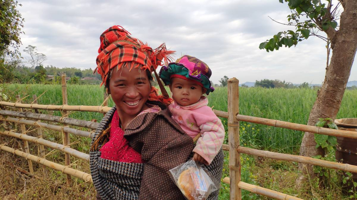 Una mujer de la etnia Pa-O y su bebé