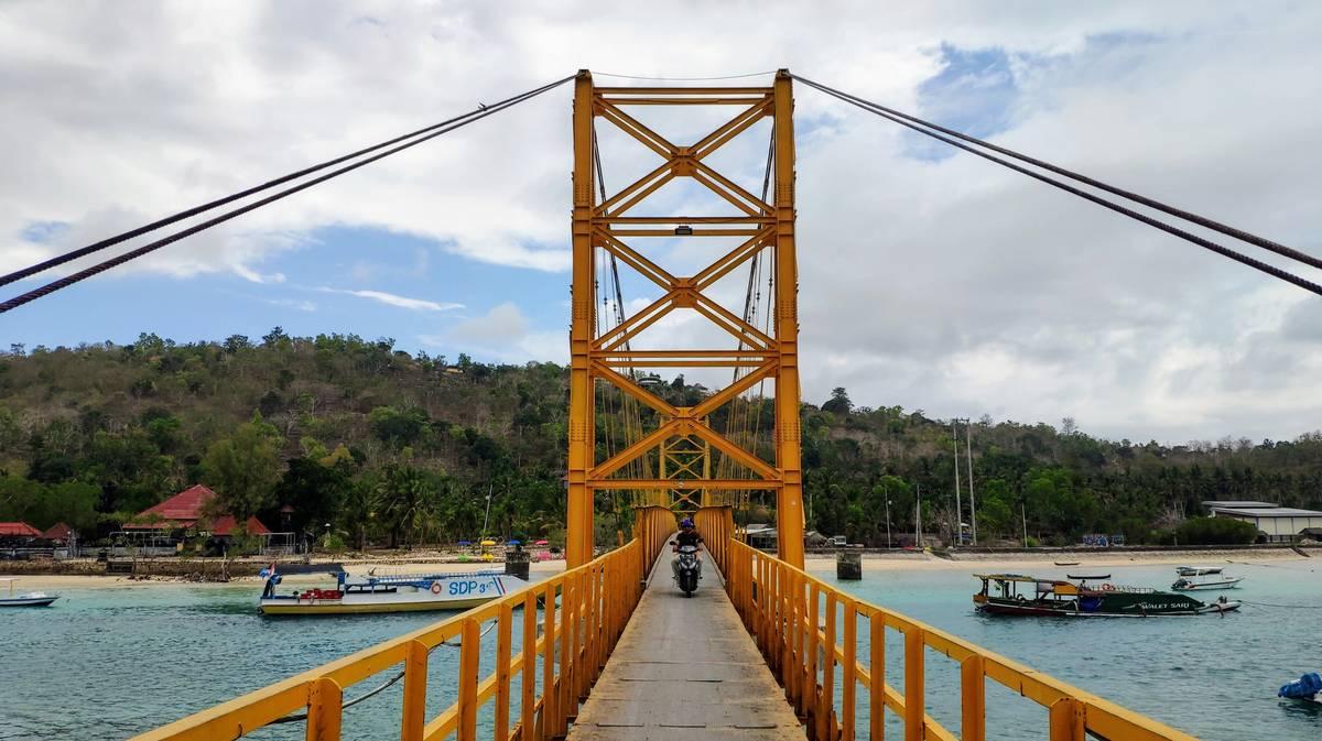 nusa lembongan nusa ceningan yellow bridge