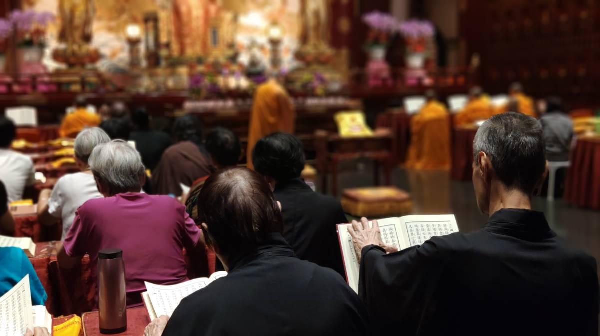 Sesión de plegarias en Buddha Tooth Relic Temple