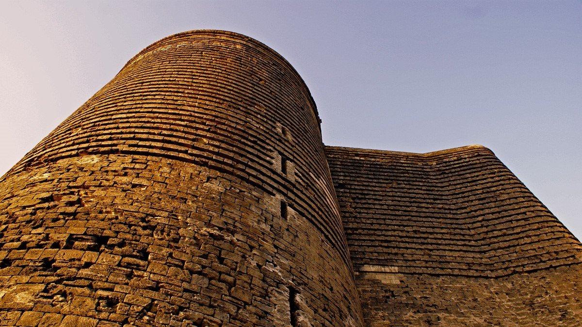 Torre de la Doncella en el casco antiguo de Bakú