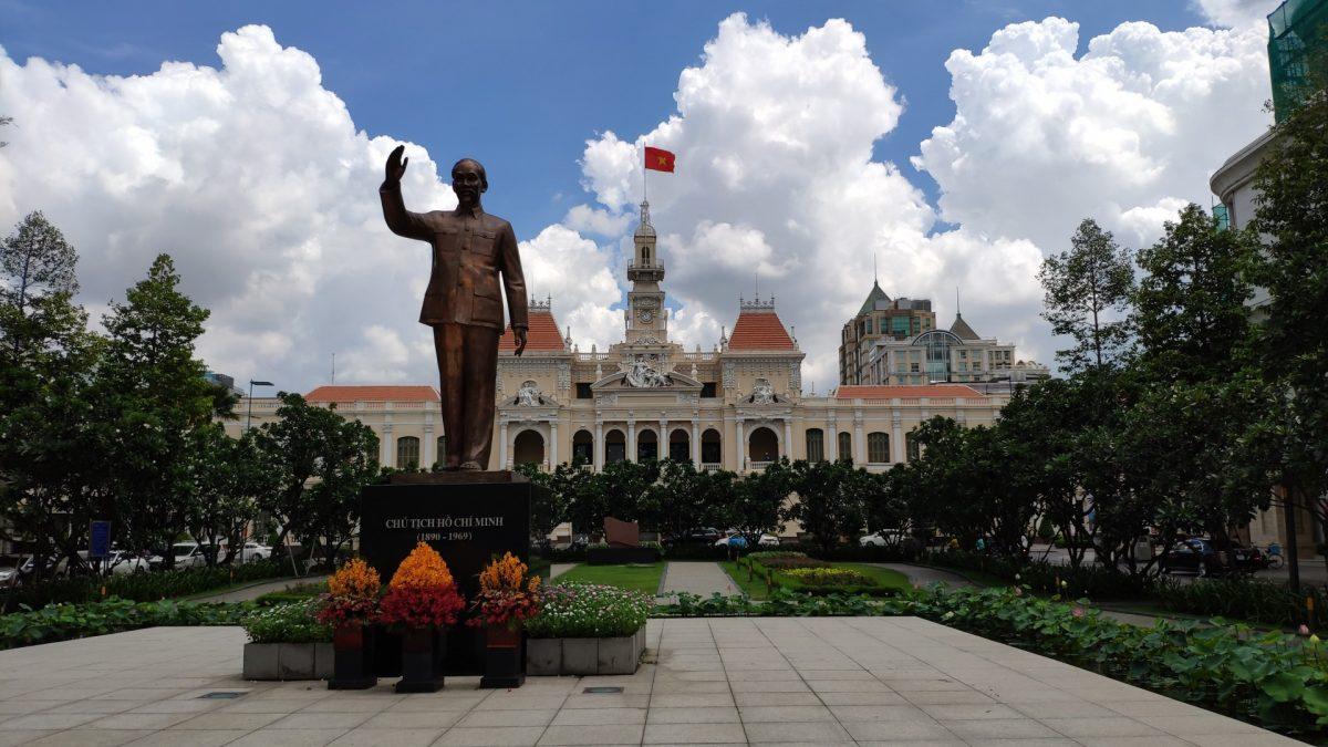 Estátua de Ho Chi Minh con el Ayuntamiento al fondo