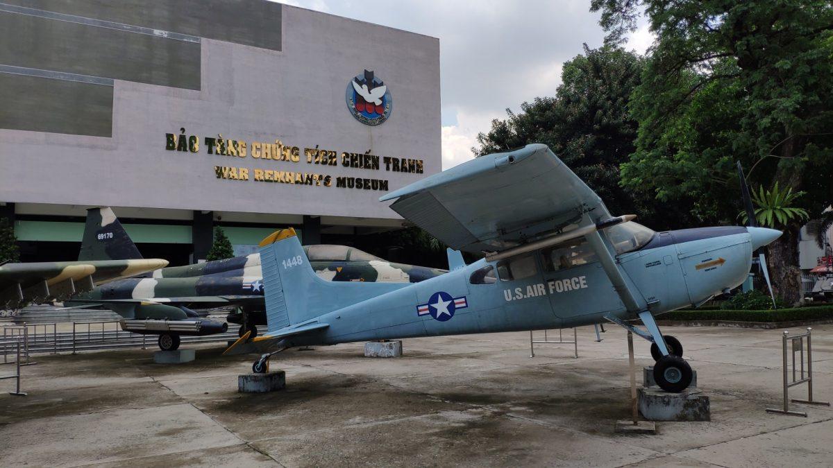 Avioneta frente al Museo de los Vestigios de la Guerra