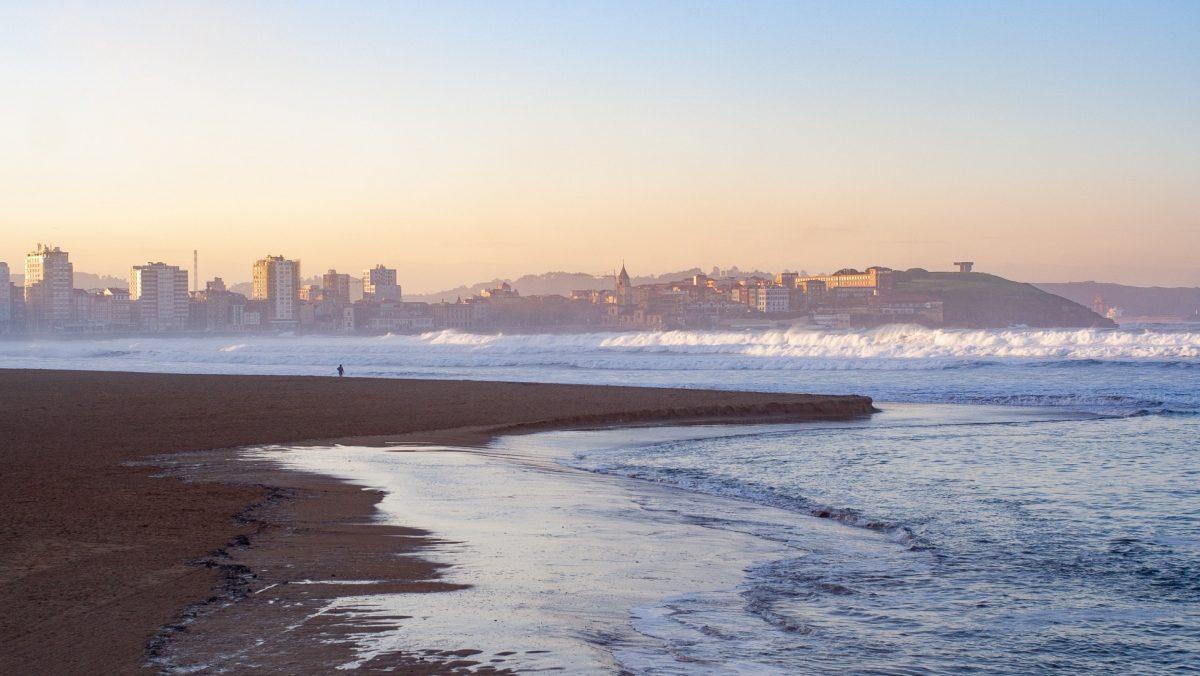 Vista de Cimadevilla desde la Playa de San Lorenzo en Gijón
