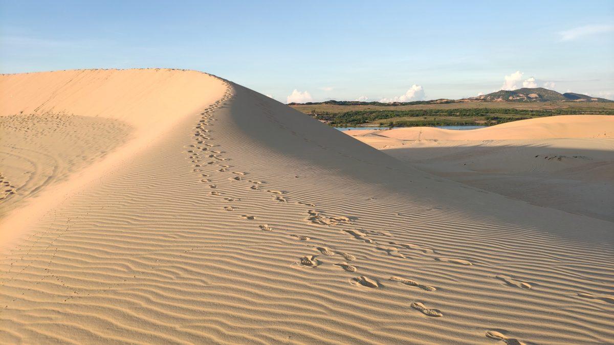 Dunas de arena blanca en Mui Ne, con Lotus Lake al fondo
