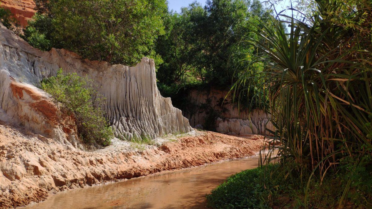 Curiosas formaciones rocosas en Fairy Stream