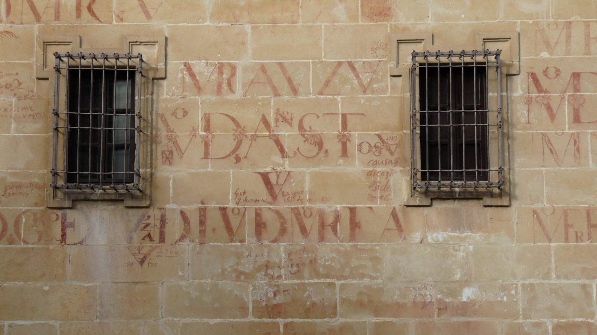 """""""Vítores"""" pintados sobre la fachada de la Antigua Universidad de Baeza"""