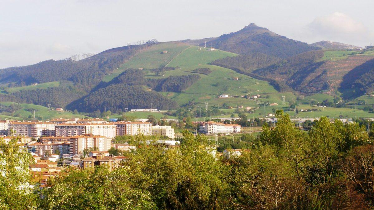 Vista de Torrelavega y el Monte Dobra al fondo