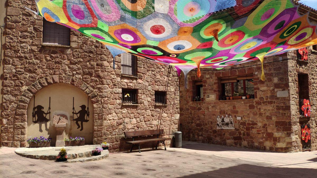 Instalación artística en la Plaça dels Infants durante la Festa de la Farigola