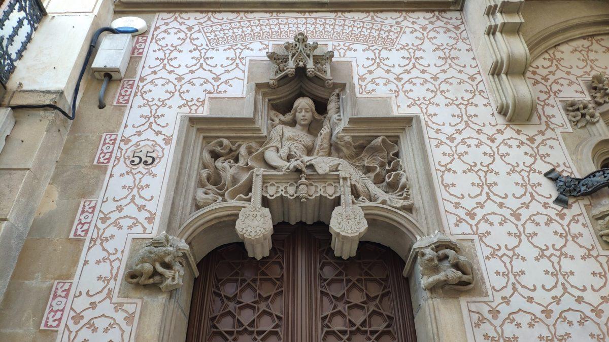 Puerta de acceso Casa Coll i Regàs