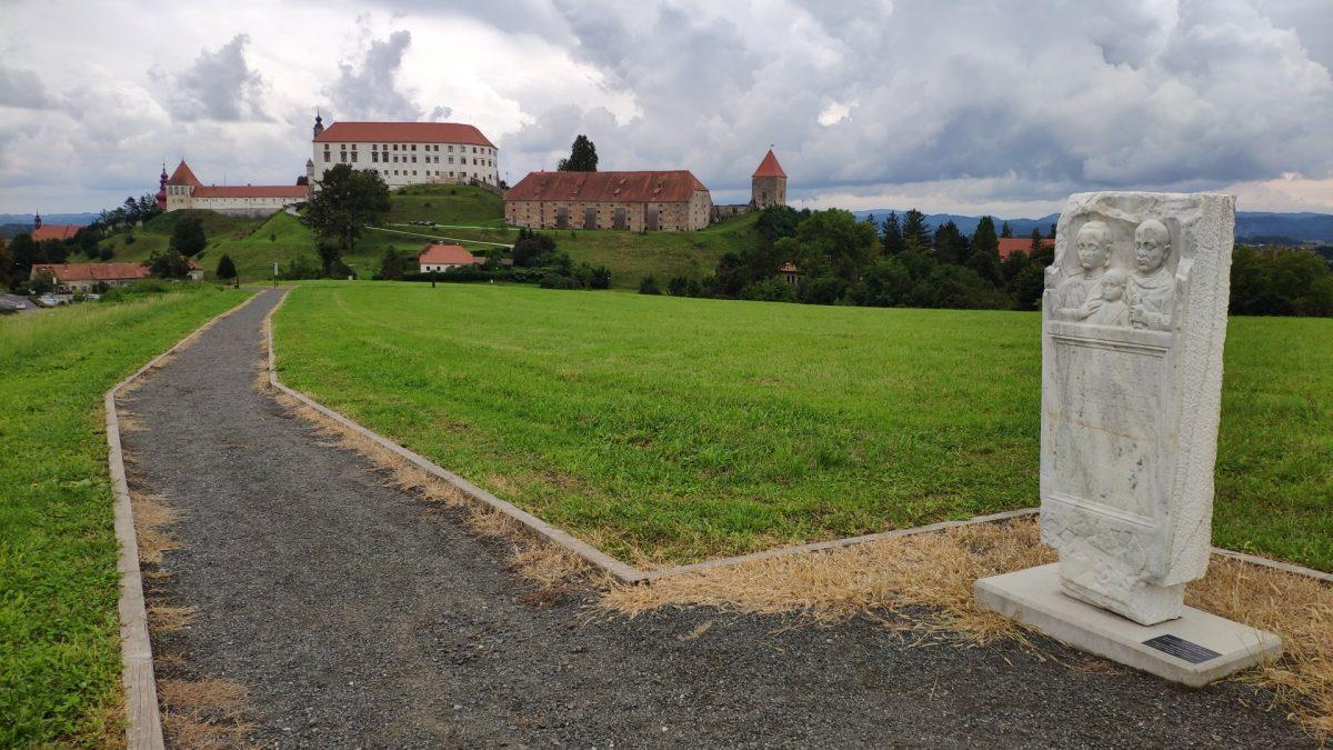 Vistas del Castillo de Ptuj desde el Parque Arqueológico