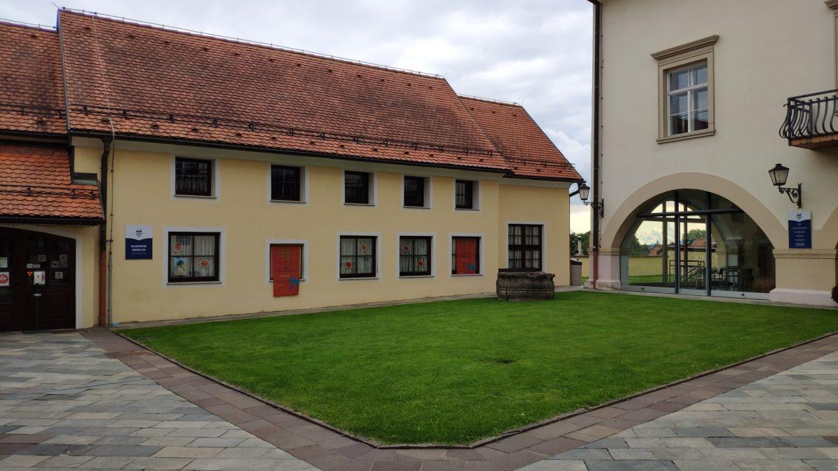 Patio interior de la Biblioteca en Ptuj
