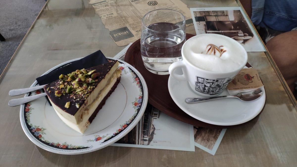 Capuccino y Tarta de Pistacho en Sladka Kavarna